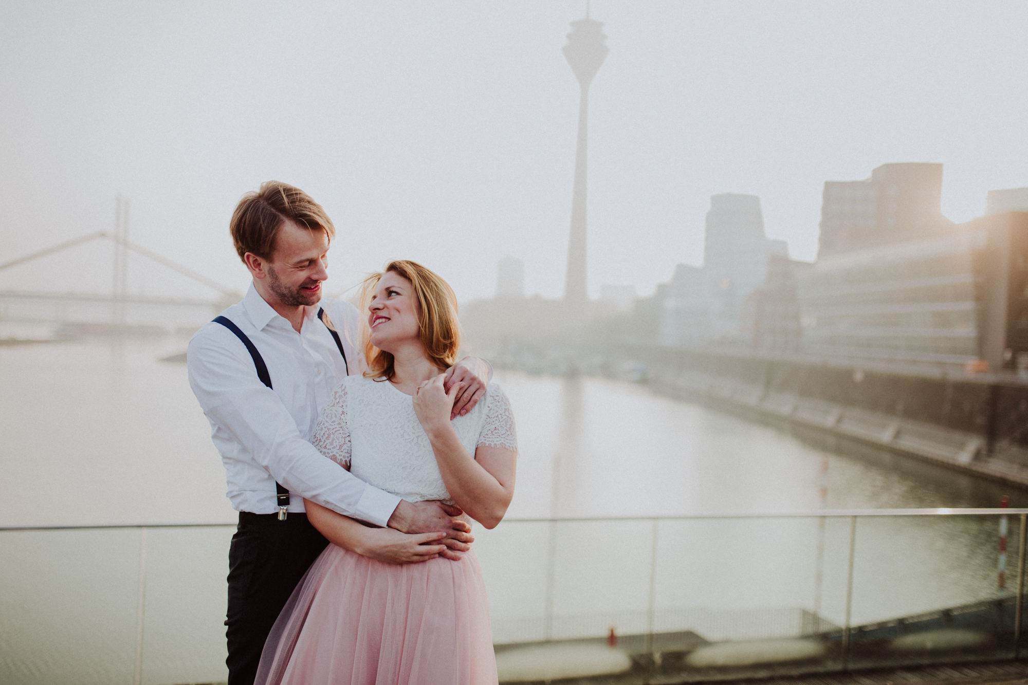 Lovestory Engagement Shooting Verlobungsshooting Düsseldorf Medienhafen Couple Weddingphotography Canan Maass Hochzeitsfotograf Bochum Düsseldorf Destination Wedding Photographer Sunrise Shooting Verlobungsshooting