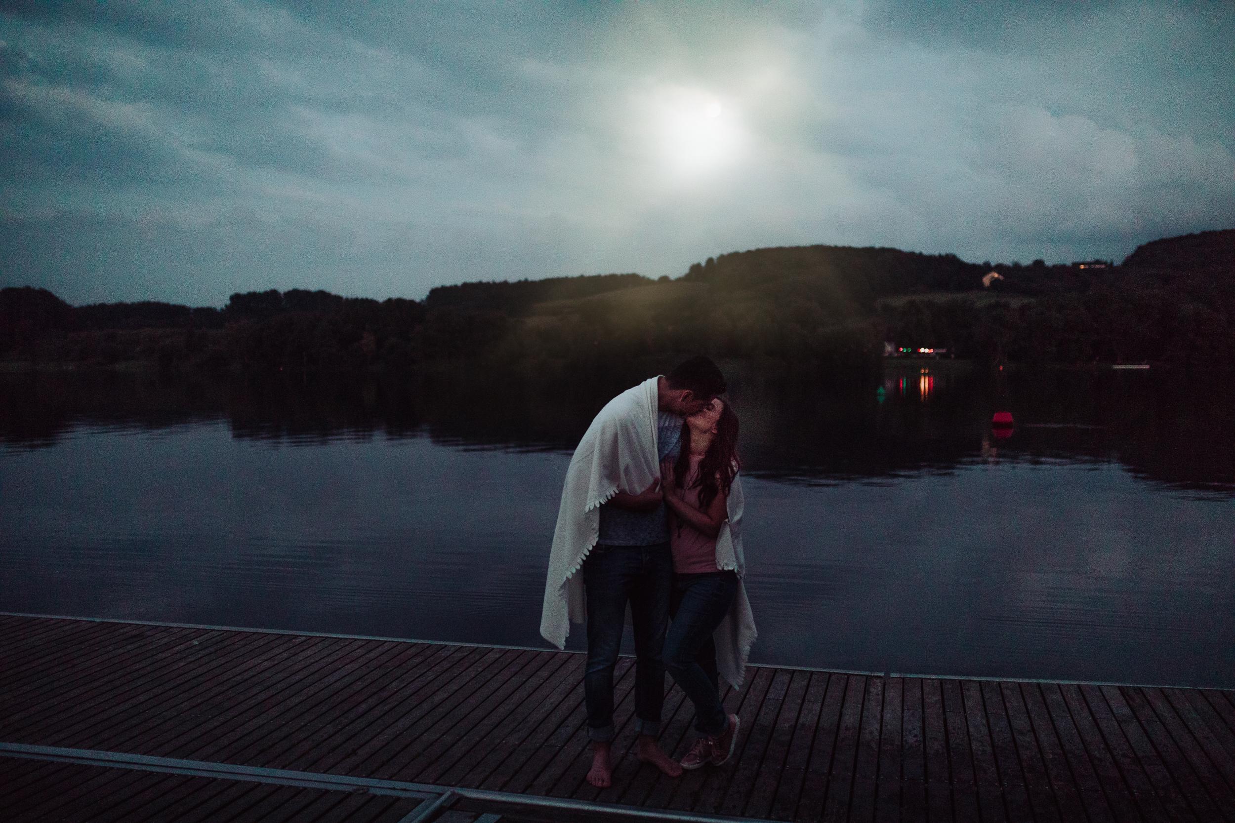 Engagementshooting am Baldeneysee in Essen. Hochzeitsfotografin Canan Maass Kopfkinografie.