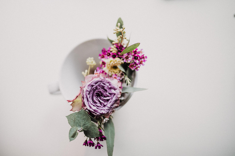 Eine Oktoberhochzeit zwischen rot-goldenen Weinblättern, verwunschenen Locations, prächtigen Bauten, vintage Feeling und einem wirklich eiskaltem Wind. Doch was kann einem der kalte Wind, wenn man ganz warm ist vor lauter Glück?! Das Getting Ready im wunderschönen Hugenpoet schaffte eine Wohlfühlatmosphäre während das Schloss Linnep mit Prinzessinhaften vibes, erdigen Tönen und dem Charme von Weinblättern, Blumenranken und einem glasklaren See verspricht.